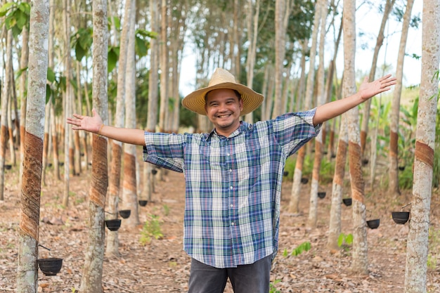 Bauer in gummibaumplantage Premium Fotos