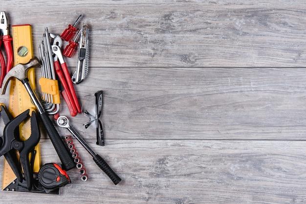 Bauhandwerkzeugebenenlage auf hölzernem hintergrund Premium Fotos