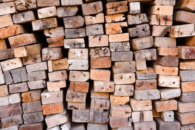 Bauholzmühle mit voll des ausschnittholzlagers. fabrik und produktion. branchenressource Premium Fotos
