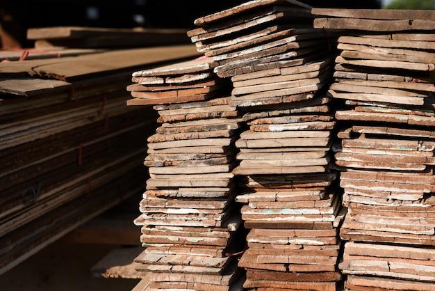 Bauholzmühle mit voll des ausschnittholzlagers. fabrik und produktion. umweltindustrie Premium Fotos