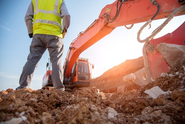 Bauingenieurabnutzungsschutzausrüstungstand an der baustellensite Premium Fotos