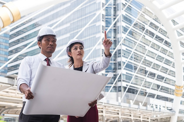 Bauingenieure, die baustelle überprüfen Premium Fotos