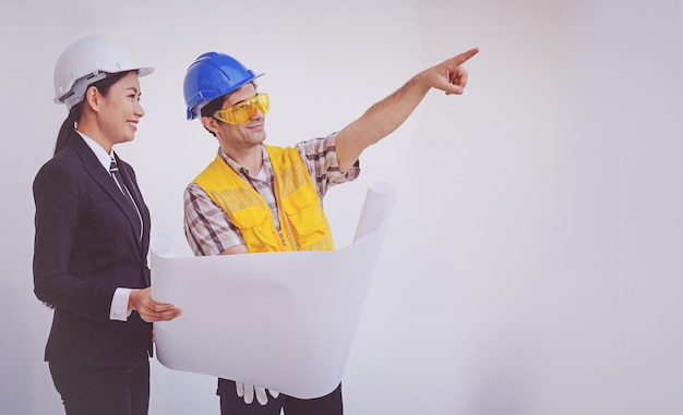 Baumanager und ingenieur, die lichtpausen betrachten Premium Fotos