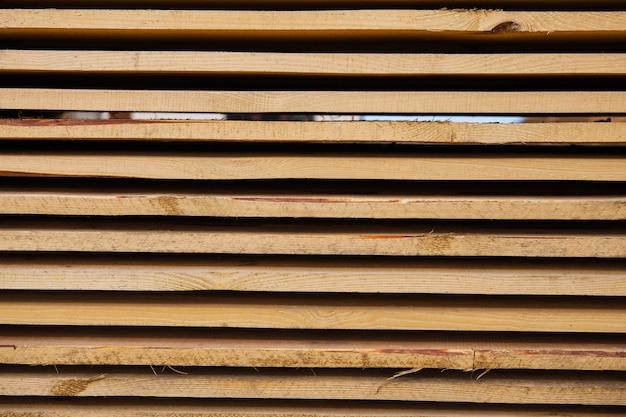 Baumaterial in form von frischen holzbrettern an einer straßenreparaturstelle. der reparaturprozess. nahansicht. Premium Fotos