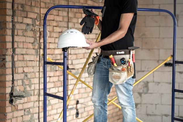 Baumeister handwerker mit bauwerkzeugen. haus und hausrenovierungskonzept. Kostenlose Fotos
