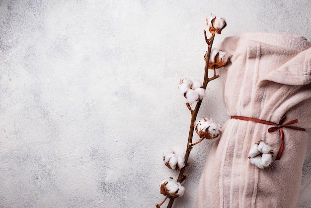 Baumwollniederlassung und decke auf hellem hintergrund Premium Fotos