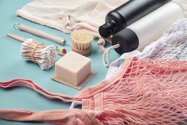 Baumwolltaschen, wiederverwendbare wasserflaschen und umweltfreundliche accessoires Premium Fotos