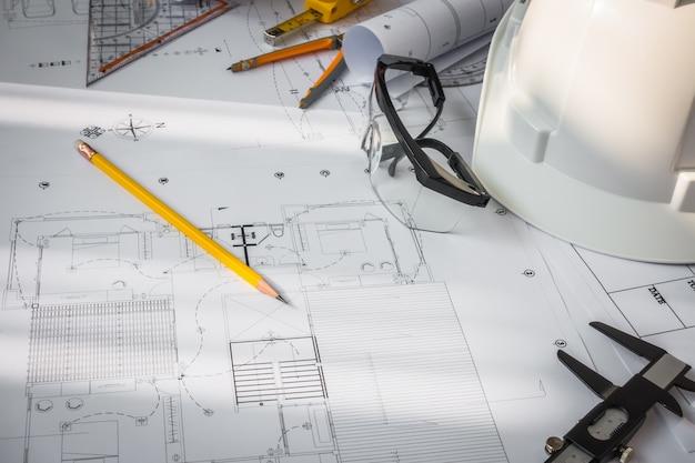 Baupläne mit Weißer Helm und Zeichenwerkzeuge auf bluepr Kostenlose Fotos