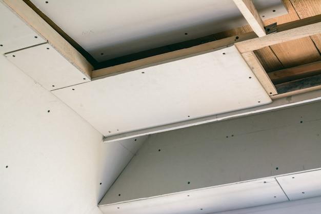 Bauraum mit trockenbau. herstellung von abgehängten decken mit holzrahmen und trockenbau in einem privathaus Premium Fotos