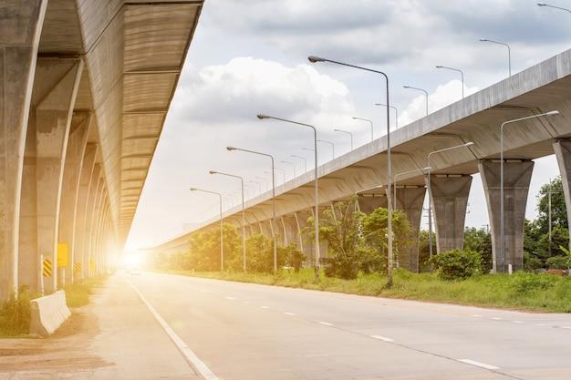 Baustelle einer nahverkehrszugstrecke mit schwerer infrastruktur Premium Fotos