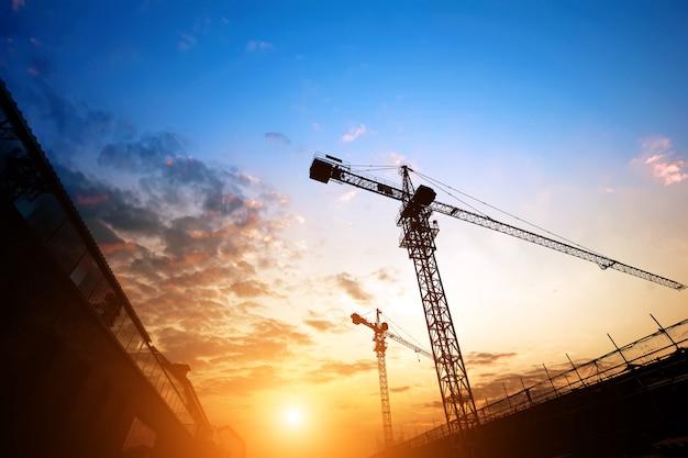 Baustelle mit blick auf den sonnenuntergang Premium Fotos