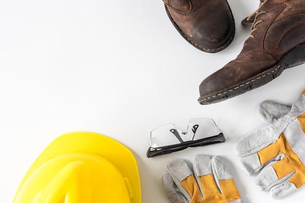 Baustellensicherheit. persönliche schutzausrüstung auf weißem hintergrund. Premium Fotos