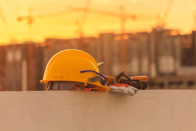 Bausturzhelm und bauwerkzeuge auf baustelle Premium Fotos
