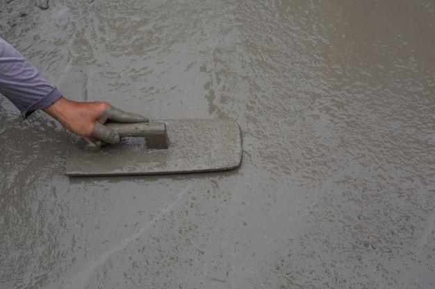 Bautechniker mischen zement, stein und sand für den bau. Kostenlose Fotos