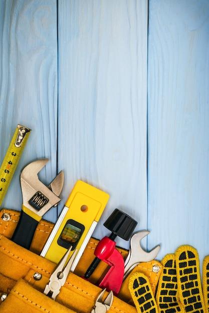 Bauwerkzeuge auf blauen brettern Premium Fotos