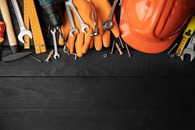 Bauwerkzeuge auf tisch, platz für text Premium Fotos
