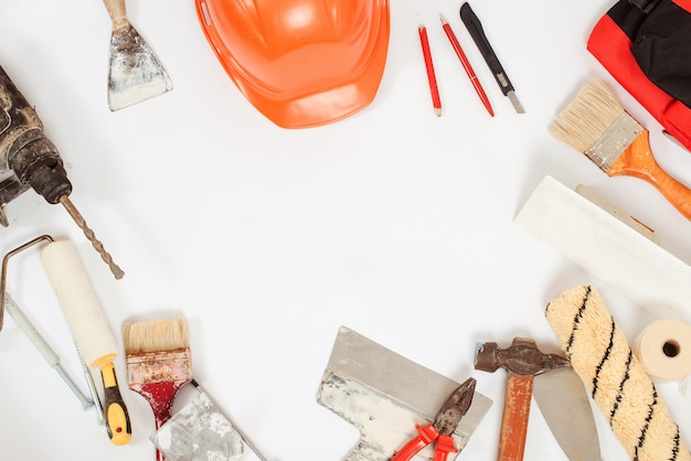 Bauwerkzeuge. hintergrund für haus- und hausrenovierung. satz schmutziger buider-werkzeuge. handwerkerausrüstung. Premium Fotos