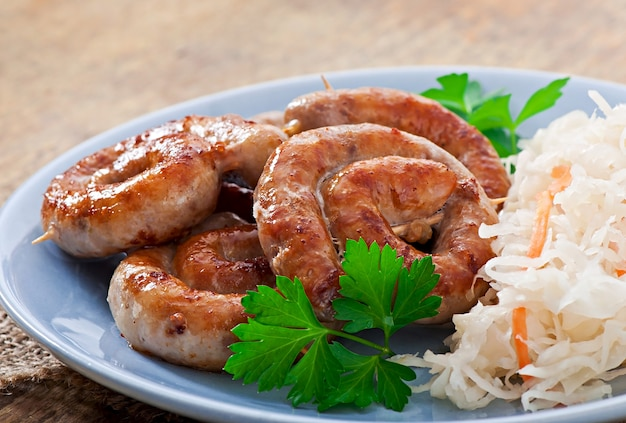 Bayerische bratwürste auf sauerkraut Kostenlose Fotos