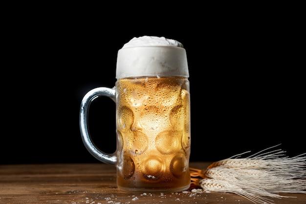 Bayerisches bier der nahaufnahme mit schaum auf einer tabelle Kostenlose Fotos