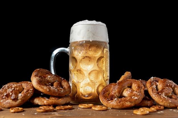Bayerisches bier mit brezeln umgeben Kostenlose Fotos
