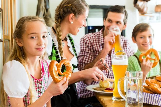 Bayerisches mädchen mit familie im restaurant Premium Fotos