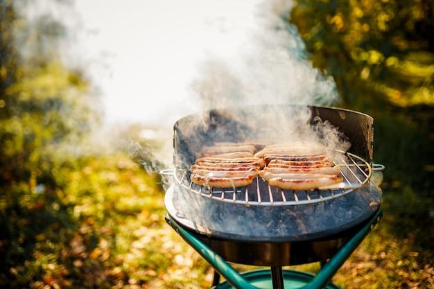Bbq mit würstchen auf dem grill Premium Fotos