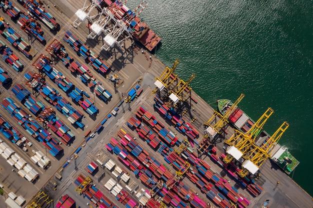 Be- und entladen von containerschiffen im seehafen, luftaufnahme des imports und exports von frachttransporten per containerschiff im hafen, containerverladung frachtschiff, Premium Fotos