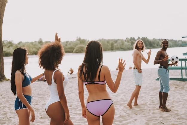 Beach football ist vorbei junge leute verabschieden sich Premium Fotos