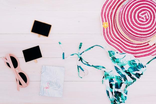 Beachwear und zubehör auf hellem hintergrund Kostenlose Fotos