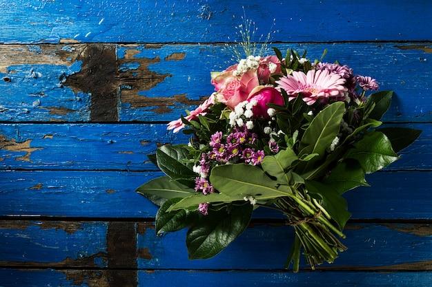 Beautifu Pastellfarben Bouquet auf blau rustikalen alten Tisch. Draufsicht. Kostenlose Fotos