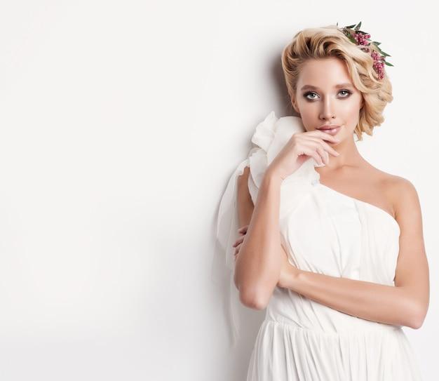 Beauty frau mit hochzeitsfrisur und make-up. Premium Fotos