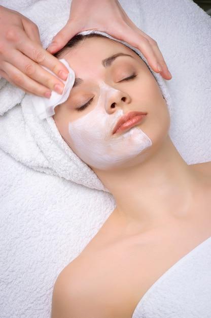 Beauty-salon-serie. gesichtsmaske entfernen Premium Fotos