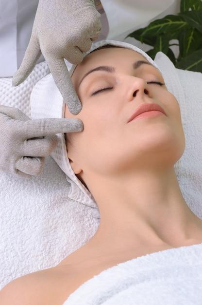 Beauty-salon-serie. gesichtsmassage Premium Fotos