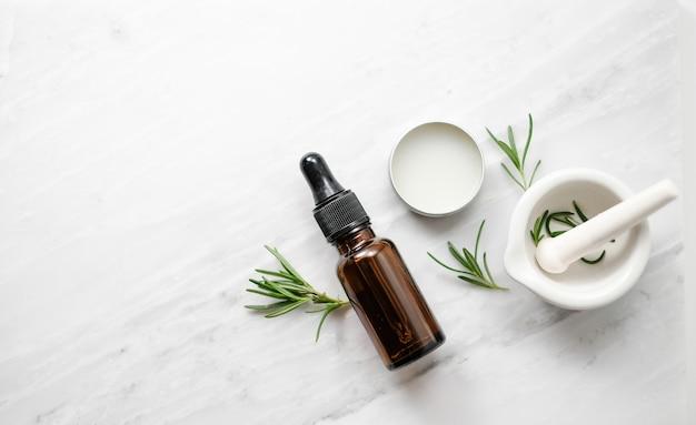 Beauty spa hautpflegeprodukt mit rosmarin und natürlichem ätherischen öl. Premium Fotos