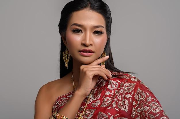 Beautyful thailändische frau, die thailändisches kleid