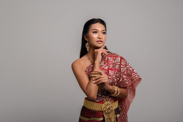 Beautyful thailändische frau, die thailändisches kleid trägt Kostenlose Fotos