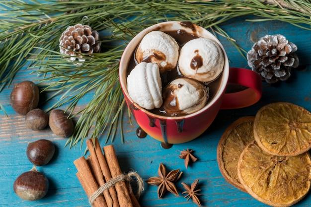 Becher heiße schokolade, marshmallows, nüsse, kandierte zitrusfrüchte. Premium Fotos
