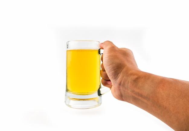 Becher mit bier in der hand auf weißem hintergrund Premium Fotos