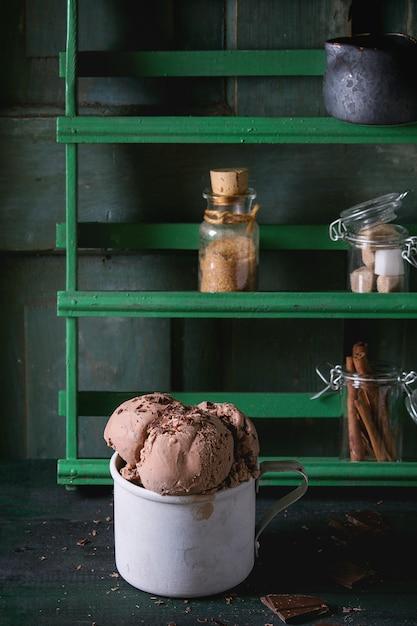 Becher mit schokoladeneis Premium Fotos