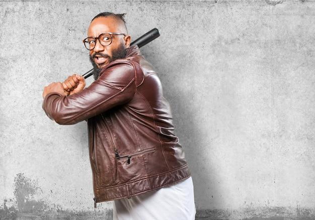 Bedrohlicher mann mit einem baseballschläger Kostenlose Fotos