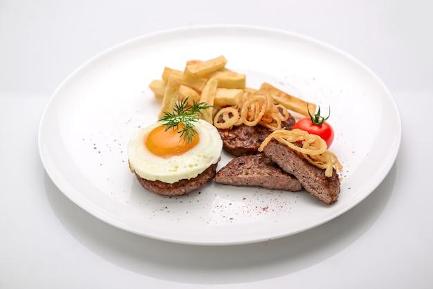 Beef rissole, saftiges steak-rindfleisch mit tomaten und kartoffeln Premium Fotos