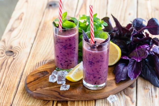 Beeren-milchshake-smoothie Premium Fotos