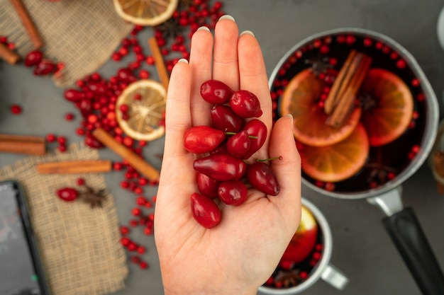 Beeren und gewürze für den glühwein, der nah oben auf küchentisch kocht Premium Fotos