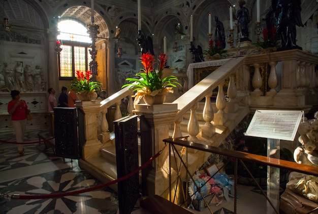 Begräbnisdenkmal des heiligen antonius von padua Premium Fotos