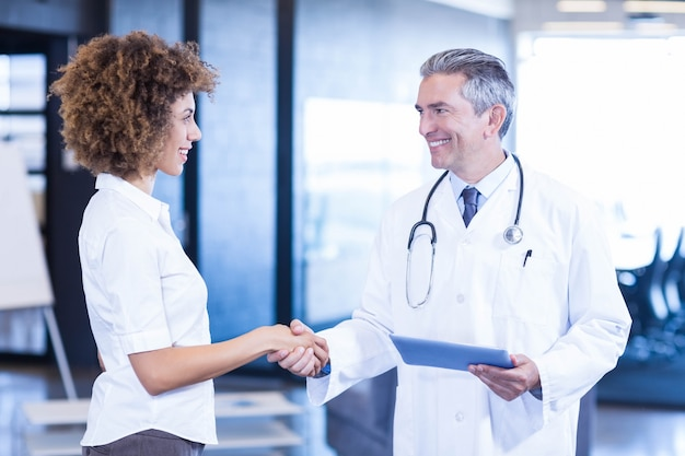 Behandeln sie die interaktion und das händeschütteln mit kollegen im krankenhaus Premium Fotos
