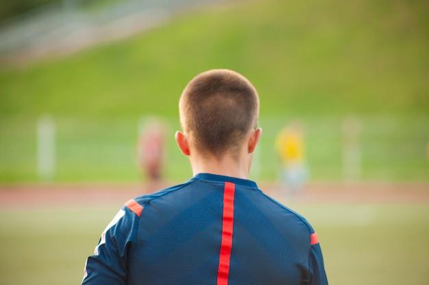 Behilflicher fußballschiedsrichter in einem fußballplatz mit spielern Premium Fotos