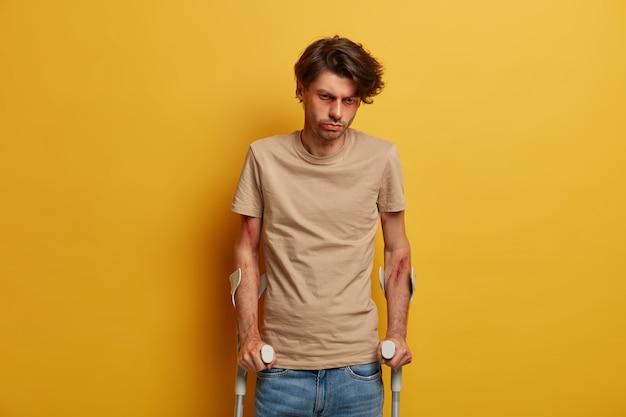 Behinderter, behinderter, verletzter mann schaut traurig