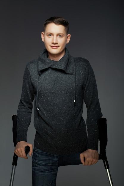 Behinderter junger mann ohne beine | Premium-Foto
