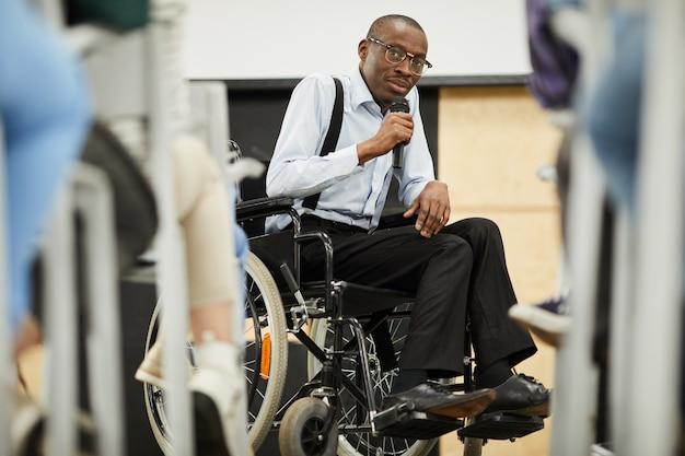 Behinderter motivationsredner auf der konferenz Premium Fotos