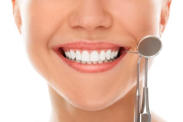 Bei einem zahnarzt mit einem lächeln Kostenlose Fotos